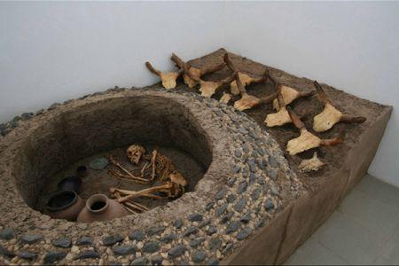 15. Reconstitution d une tombe du Kerma moyen .jpg