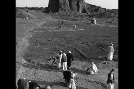 06. Fouilles devant l elevation sud de la Deffufa, 1977-1978-1979 .jpg