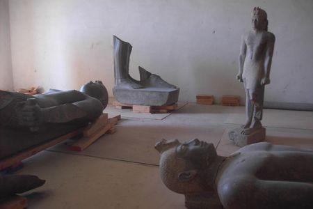 02. Statues gardees dans un hangar avant leur deplacement au musee .jpg