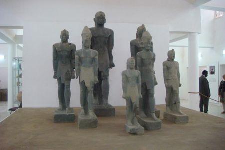 04. Les Pharaons noirs exposes sur le podium central du musee .jpg